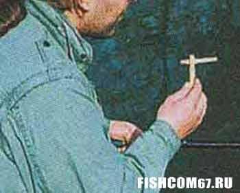 Курильщик с сигаретой в прищепке