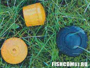 Яркие заглушки от удилищ теперь хорошо видны в траве