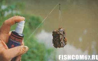 Спреем с аттрактантом обрабатывается кормушка с прикормкой перед самым забросом