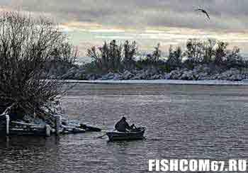 Рыбалка в ноябре на большой реке с лодки