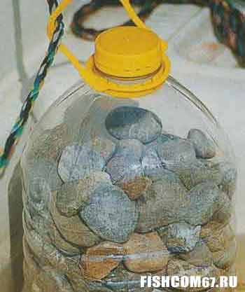 Заполненная камнями бутылка удобный якорь для лодки